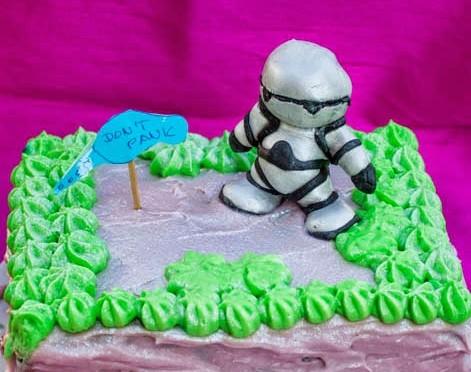 Biskuit-Cream Kuchen mit Marzipanfigur Marvin