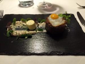 Vorspeise: kurz gebratenes Beef Tartar mit Wachtelspieglei und weißer Bohnenmouseline