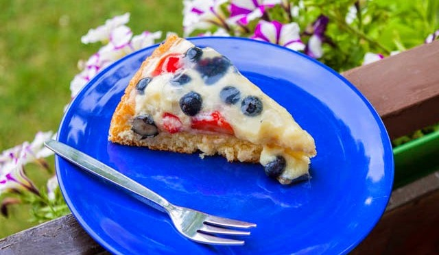Obstkuchen mit Puddingcream und Früchten