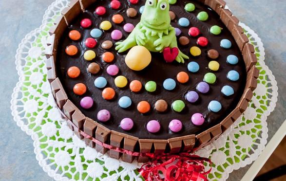 Kinderkuchen mit Smarties und Froschkönig aus Marzipan
